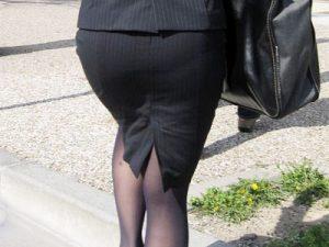 【街撮り盗撮エロ画像】黒パンストにタイトスカートでムッチリした大きいお尻を締め付けるOLのヒップラインww
