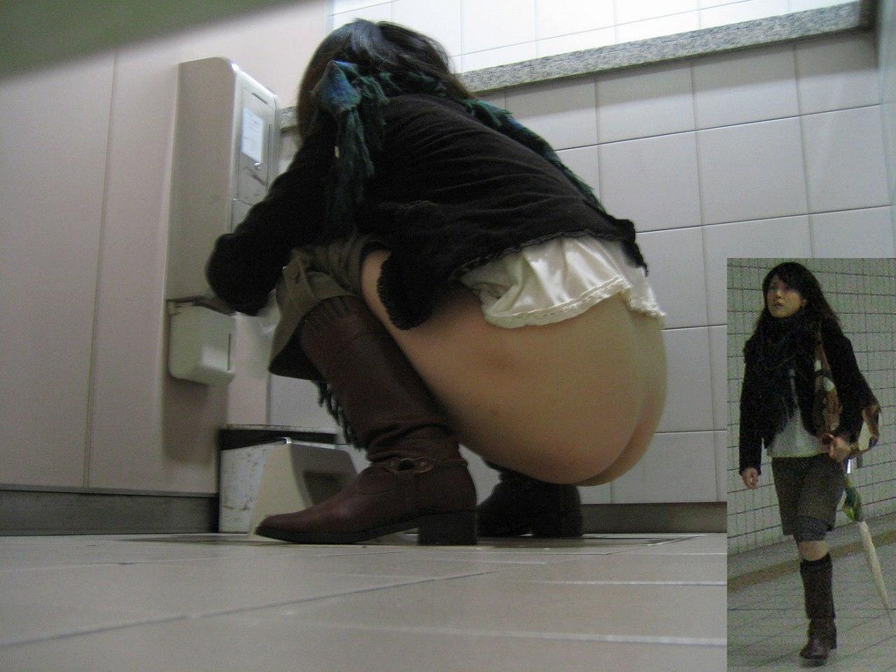 盗撮 トイレ 学校 【トイレ盗撮エロ画像】公衆便所の和式に跨ってオシッコする素人女性を隠しカメラで撮影したエロ画像ww