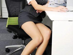 【OLエロ画像】タイトスカートから見えるパンチラやパンティライン…女が働く職場ってこんなことあるの!?ww