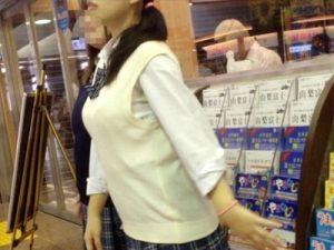 【JK着衣巨乳エロ画像】将来が有望過ぎる制服の上からでもデカ乳とハッキリわかる女子校生の街撮り画像ww