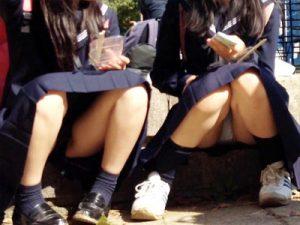 【JKパンチラ盗撮画像】ミニスカじゃなくてもスカートで座れば必然的に座りパンチラする女子校生の画像ww