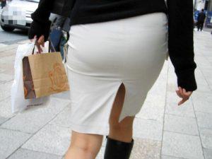 【街撮り盗撮エロ画像】スリット入りの白タイトスカートを履いた素人OLを背後から隠し撮りした画像ww