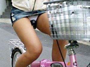 【チャリチラ盗撮エロ画像】ミニのデニムスカートを履いて自転車に乗った素人女性の必然的なパンチラ画像ww