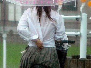 【JK透けブラ盗撮エロ画像】ゲリラ豪雨で夏服制服が濡れてしまいブラジャーが丸見えになった女子校生の画像ww