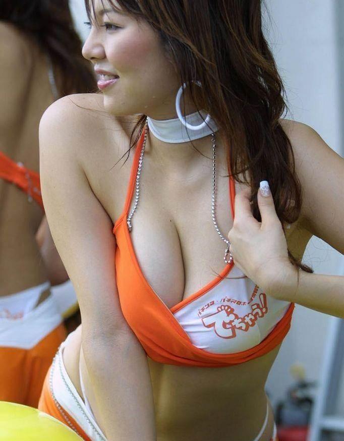 キャンギャル_胸チラ_前屈み盗撮16