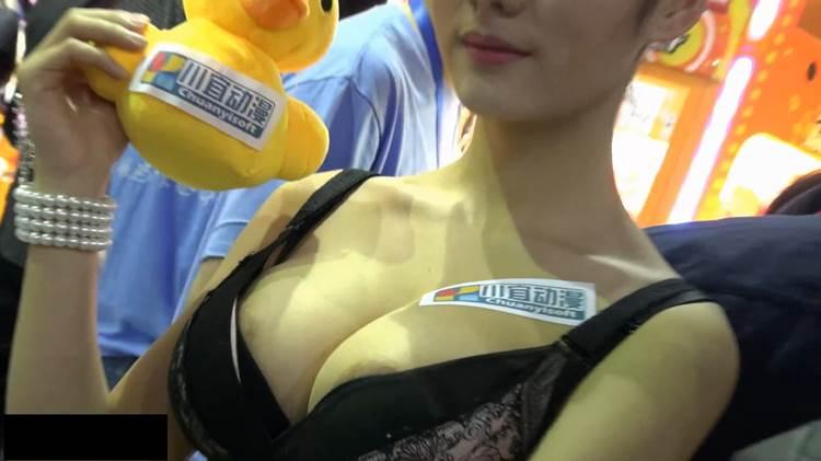 キャンギャル_乳首乳輪ポロリ_盗撮画像10