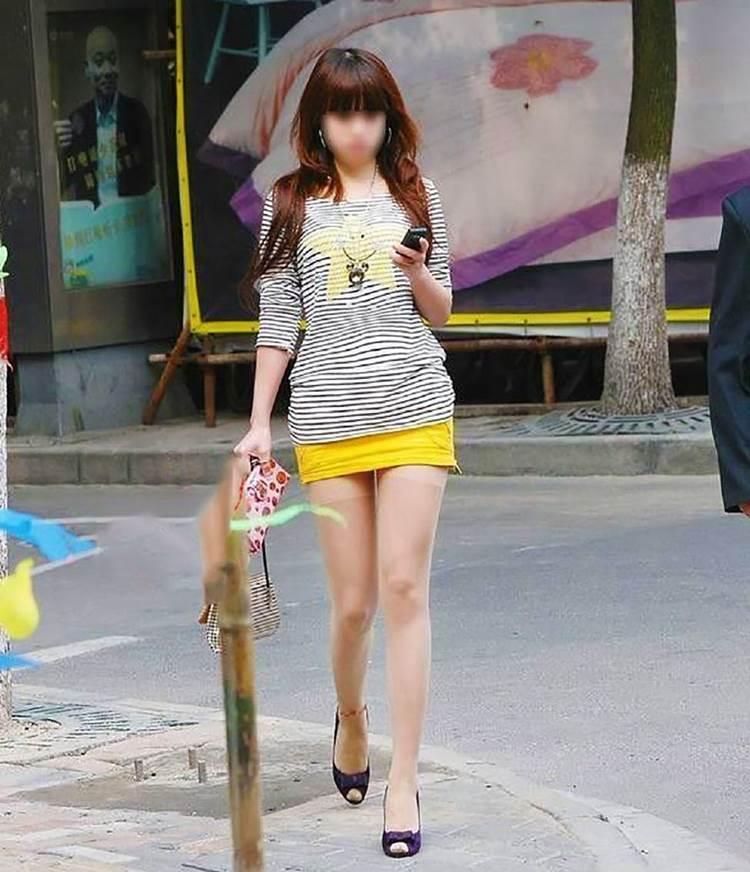 【美脚街撮り盗撮エロ画像】綺麗な足をしていると完全に自覚