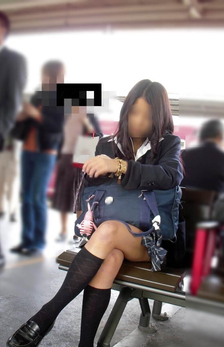女子高生_足組み_街撮り盗撮画像09