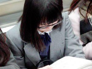 【街撮り盗撮エロ画像】メガネをかけた素人女性限定…おとなしめな眼鏡女子の胸チラパンチラや生足を隠し撮りww