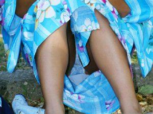 【浴衣パンチラ盗撮エロ画像】夏休みに入れば夏祭りや花火大会で10代女子が慣れない浴衣でパンモロ必須ww