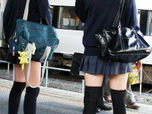 【JK街撮りエロ画像】後ろ姿が既に可愛い登下校中の制服女子高生を街中で撮影した画像ww