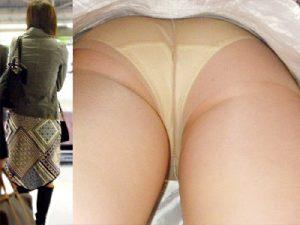 【人妻逆さ撮り盗撮エロ画像】ストッキングが似合う奥様のスカート内部を接写で隠し撮りww