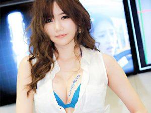【キャンギャルエロ画像】下乳・ハミ乳・横乳が当たり前の過激衣装を着たコンパニオンの露出画像ww