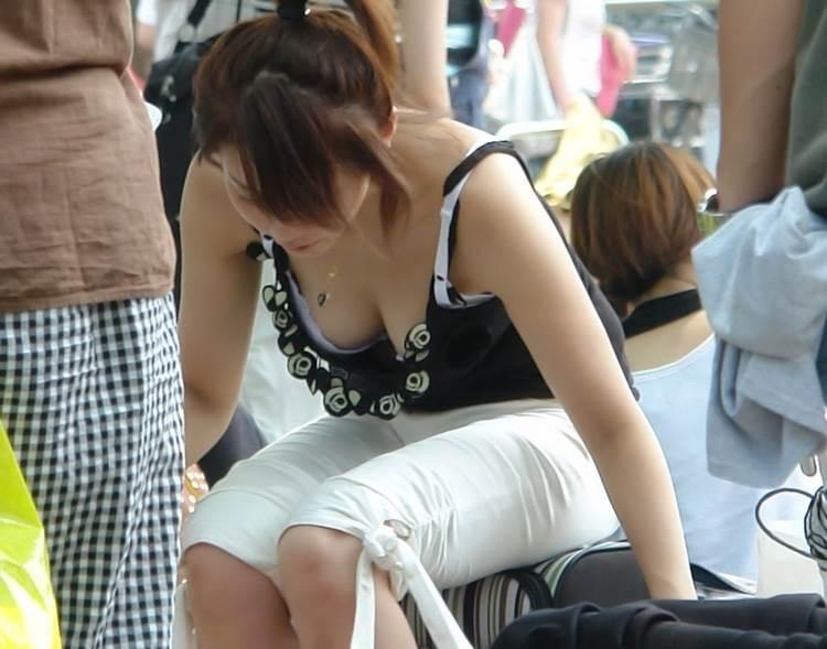 胸チラ_前屈み_盗撮エロ画像10
