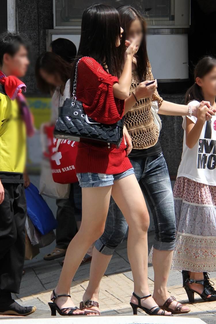 デニムホットパンツ_横アングル_街撮り盗撮エロ画像12