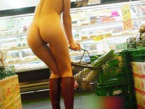 【野外露出エロ画像】店内で下着や全裸を他の客が居ても見せる露出狂の素人女性写真って流出しすぎww