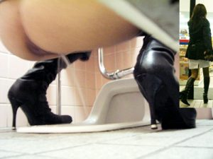 【トイレ盗撮エロ画像】和式便所に座って勢い良くオシッコを飛ばす素人女性…アナル丸見えアングルww