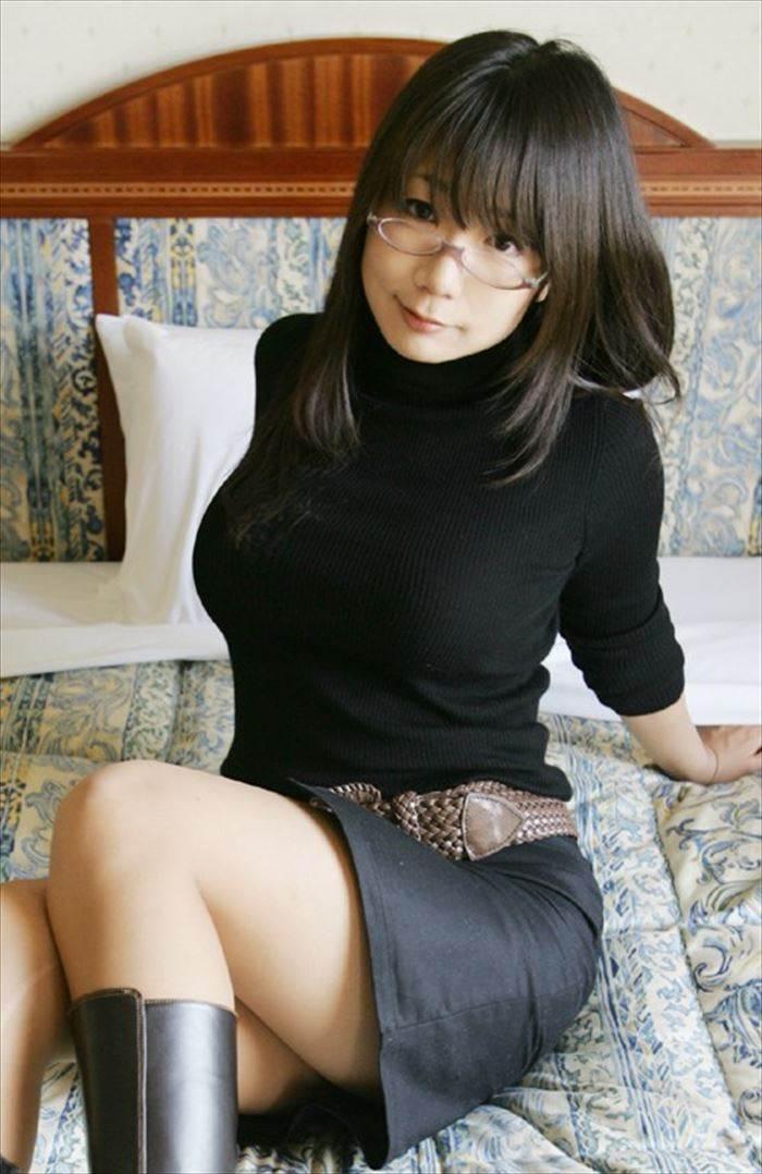 着衣巨乳_黒系の服装_エロ画像11