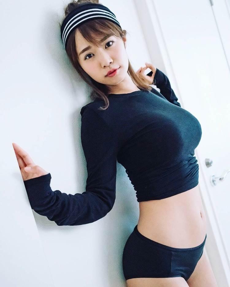 着衣巨乳_黒系の服装_エロ画像16