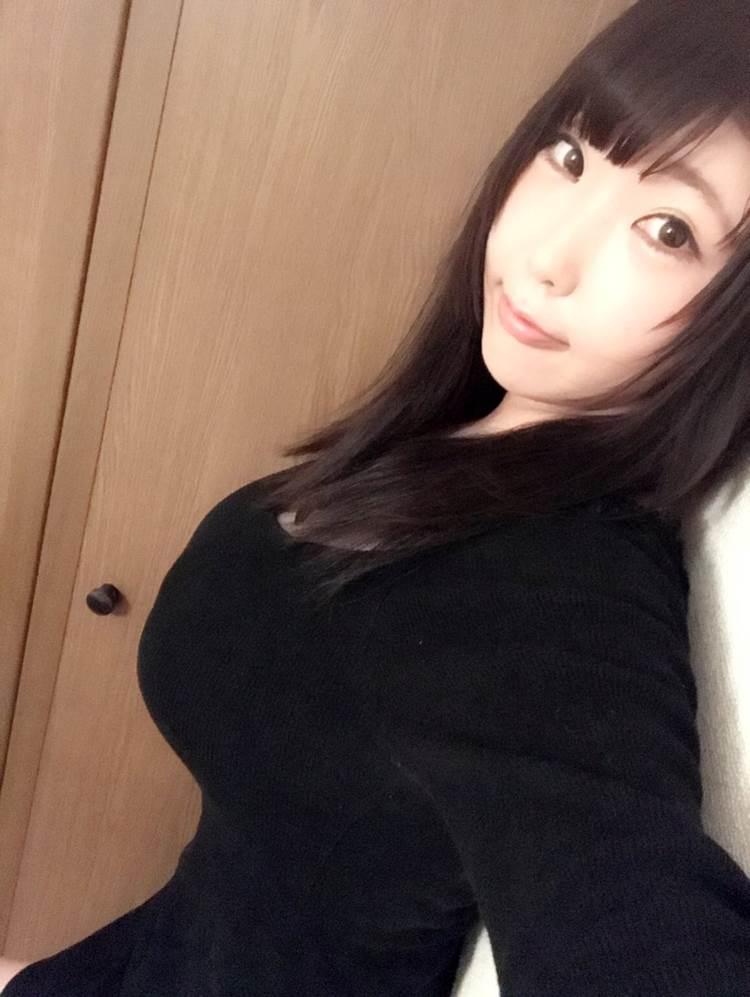 着衣巨乳_黒系の服装_エロ画像17