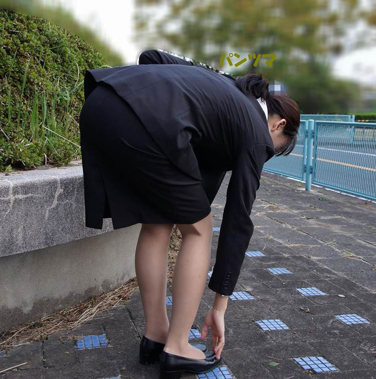 OL_タイトスカート_前屈み_冬服_街撮り盗撮エロ画像12