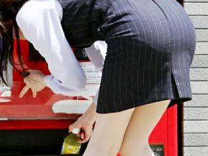 OL_タイトスカート_前屈み_街撮りエロ画像