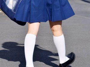【JK街撮り盗撮エロ画像】白ソックスで清楚に見える制服姿の女子高生たちを街中で撮影した画像ww
