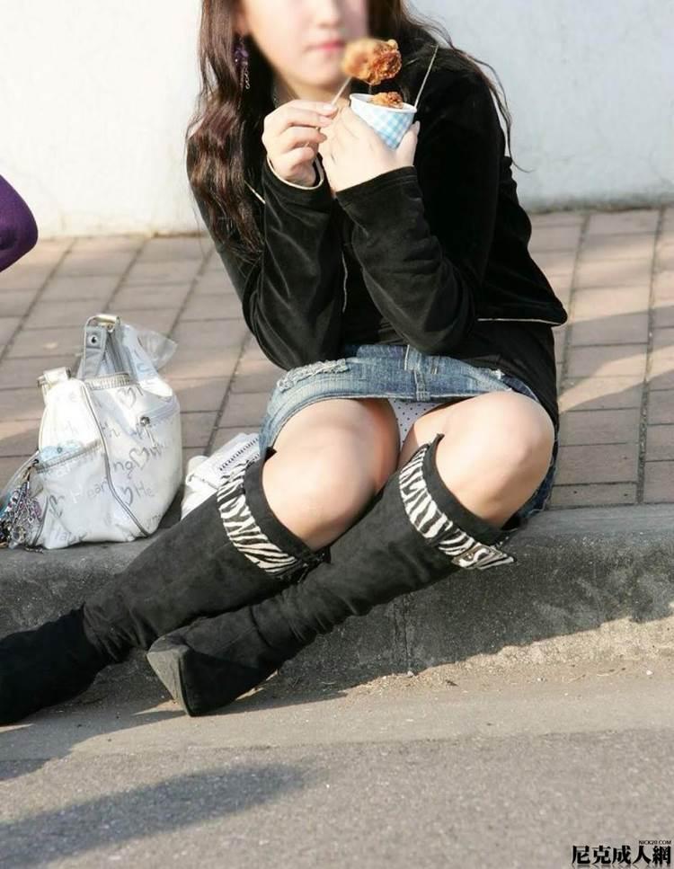 素人_座りパンチラ_白パンツ_街撮り盗撮_エロ画像08