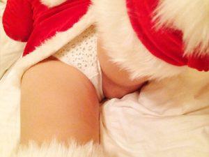 【サンタコスプレエロ画像】素人女子がクリスマス当日にミニスカサンタ服で限界ギリギリの露出を自撮りww