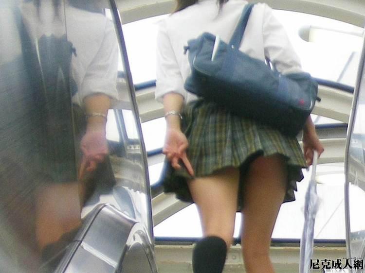 指でスカートを押さえても横から丸見えなJK