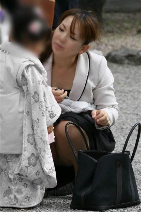 3歳の幼女の七五三を優しく見るママのパンチラ盗撮