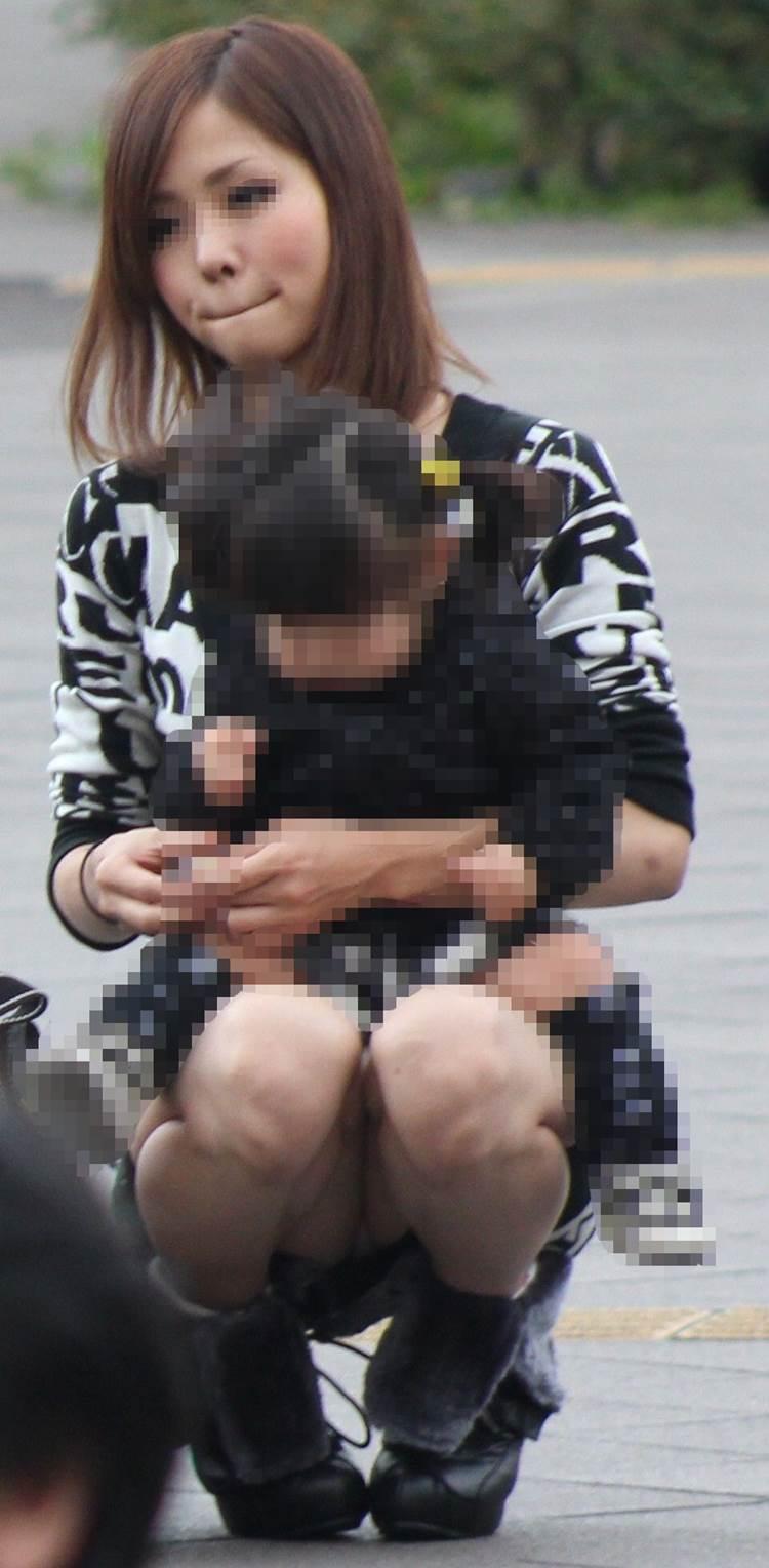 ママ系盗撮ではかなり有名な可愛すぎるママの座りパンチラ