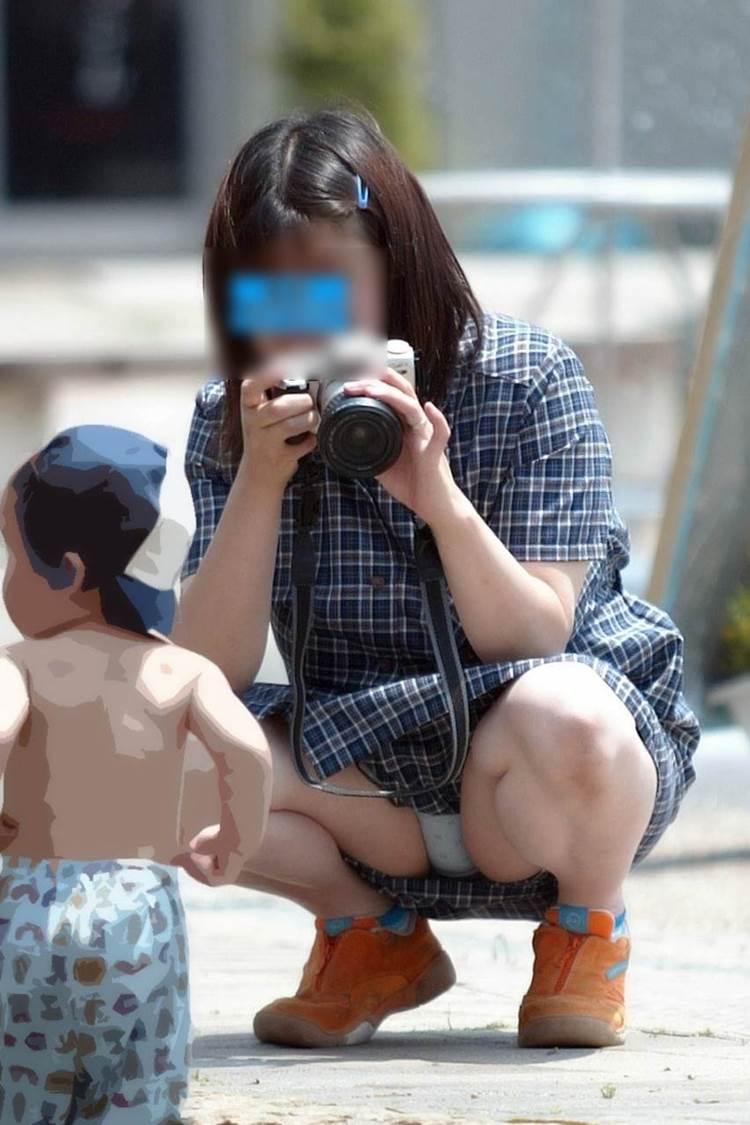 子供の成長記録をデジカメで撮影するママの股開きパンチラ