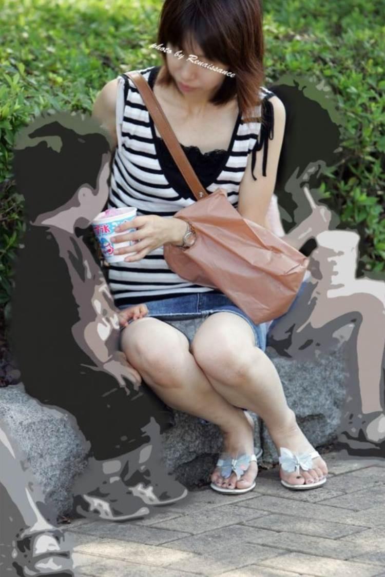 子供と一緒にかき氷を公園で食べるママの座りパンチラ