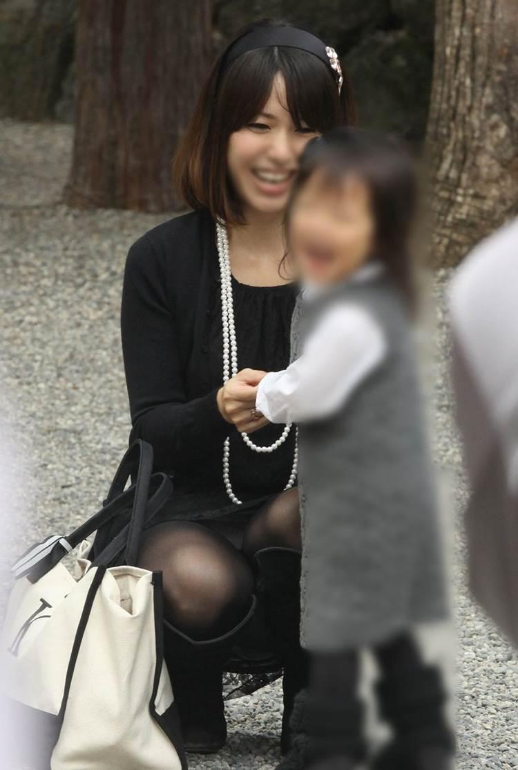 子供の笑顔を見て自然とママも笑顔に…パンチラ見れてみんな笑顔にw