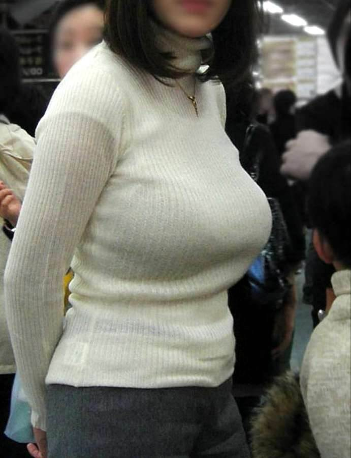 膨張色の白ニットを着たデカ乳女性