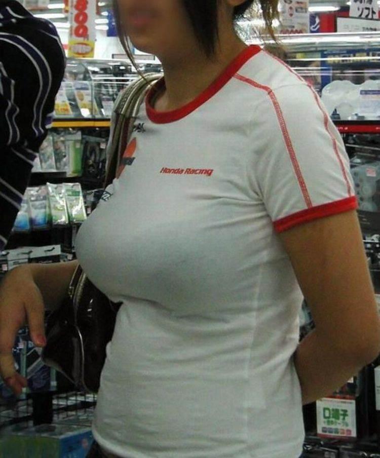 ピチピチのTシャツでおっぱいが目立つ女子