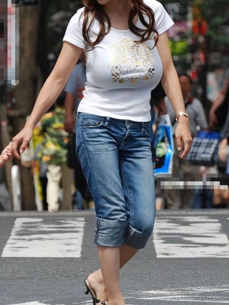 子供の手を繋いでスタイル良い着衣巨乳ママを街撮り