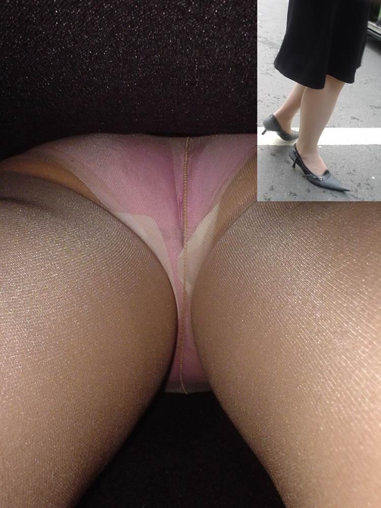 ピンクのフルバック下着を履いた生理中のOL