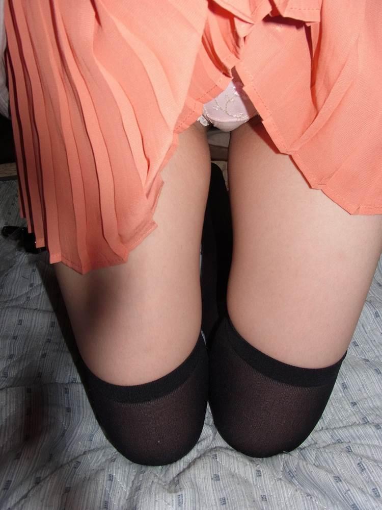 黒ニーソ履いた女子がスカート捲りあげてパンチラ撮り