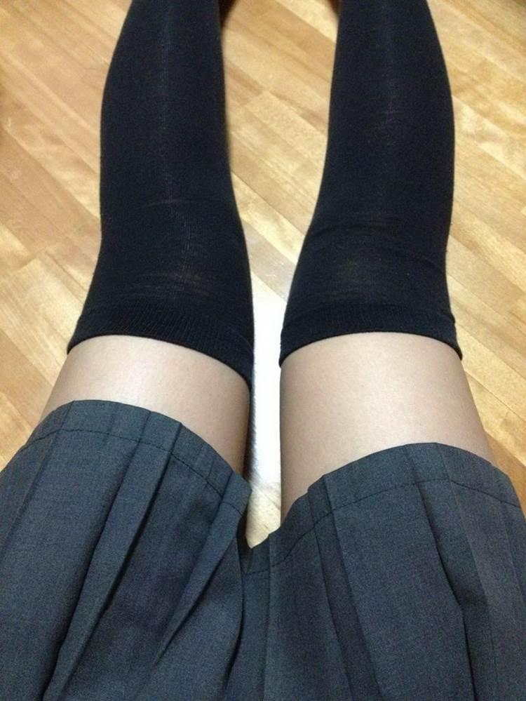 制服スカートに黒ニーソを履いたJKかもしれない自撮り