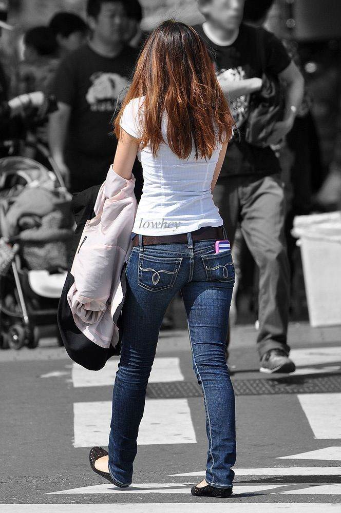 細い太ももだが女性らしいムチっと感がある素人を街撮り