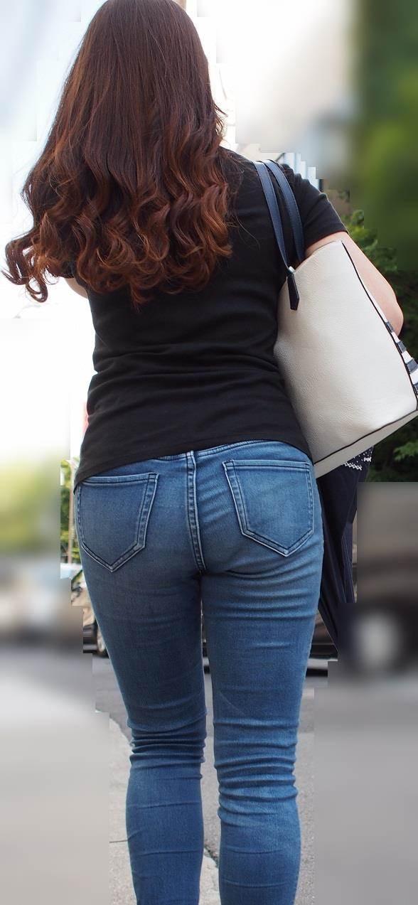 上半身は細いのに下半身デブでむっちりした女性を街撮り