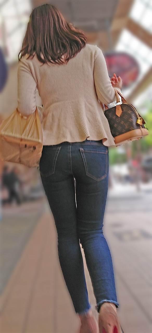 お嬢様な雰囲気を持つ後ろ姿の女性もムチムチ太ももを街撮り