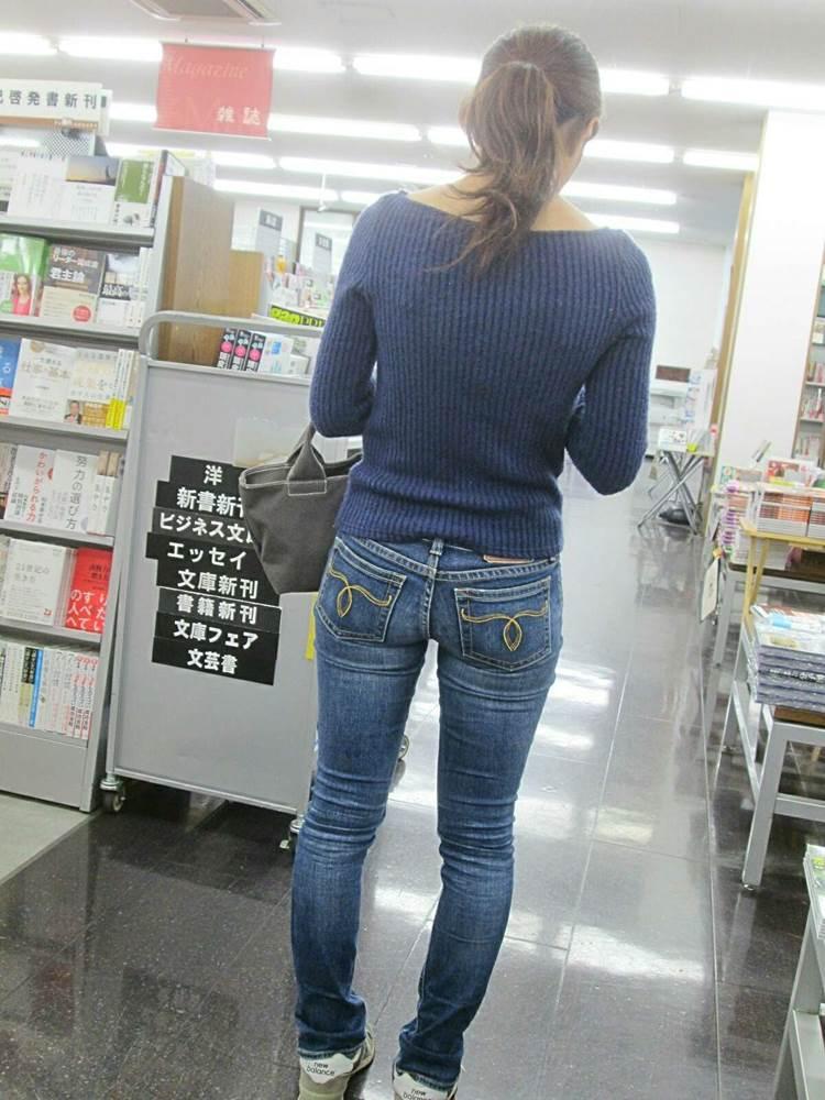 書店で見かけた下半身がムチムチな素人を店内で盗撮