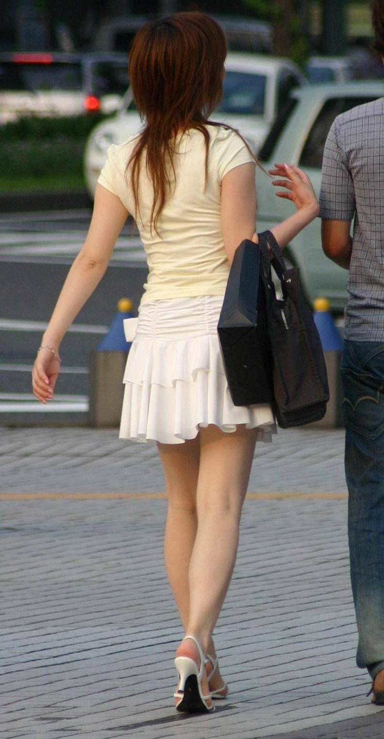 白い肌に良く似合う白スカートを履いた美脚女性を盗撮