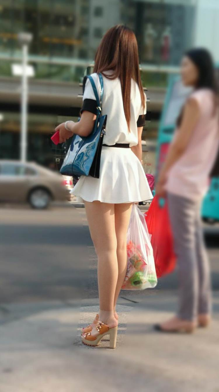 パンティが透けそうな白いスカートを履いた素人を街撮り