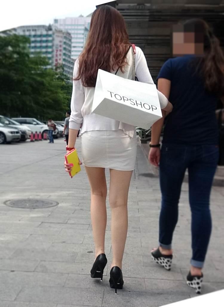 タイトスカートから細くて長い美脚を晒した生足女子を街撮り