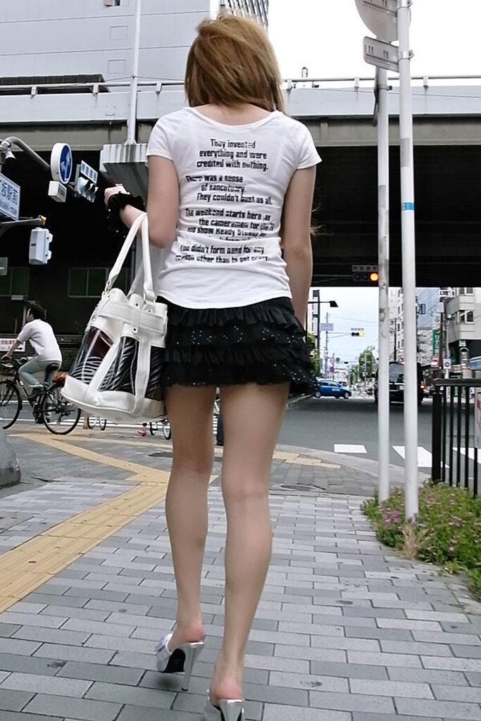 ハイヒール効果で長くて細いモデル系の足に見えるミニスカ女子
