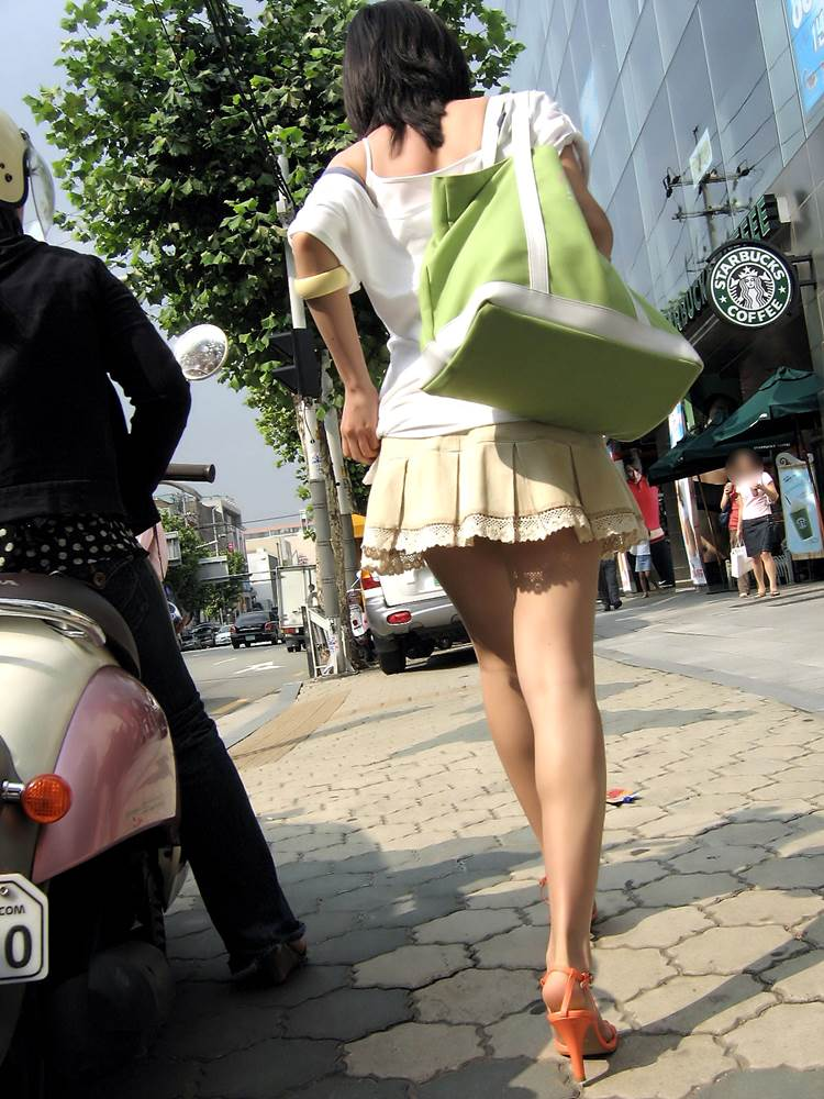 足の裏側が相当綺麗なミニスカ美脚素人を街撮り盗撮